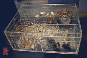 Reconstruction of The Oak Chest, the arrangement of the Hoxne Hoard treasure.